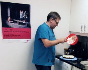 Peer er også god på å bake kake, her fra kakekontoret ved HiT.