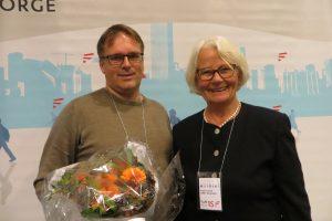 Peer Andersen mottar prisen som Årets nettlærer 2015 fra juryleder Ingeborg Bø.