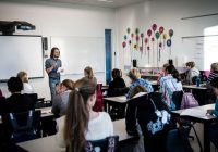En lærerstudent i praksis på skole.